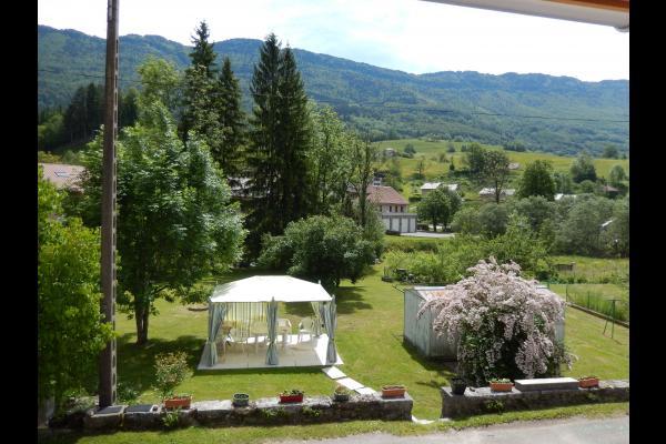 Vue de l'appartement depuis le jardin  - Location de vacances - Chézery-Forens