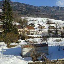 Vue de l'appartement du jardin attenant - Location de vacances - Chézery-Forens