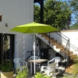 Séjour ouvrant sur terrasse aménagée - Location de vacances - Bohas-Meyriat-Rignat
