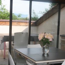 La terrasse vue depuis la cuisine - Location de vacances - Villette-sur-Ain