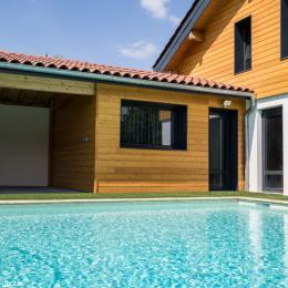 La chambre L'Escale est située au bord de la piscine - Chambre d'hôtes - Tossiat