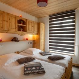 Chambre avec ces deux lits jumeaux et son accès à la terrasse - Location de vacances - Mijoux