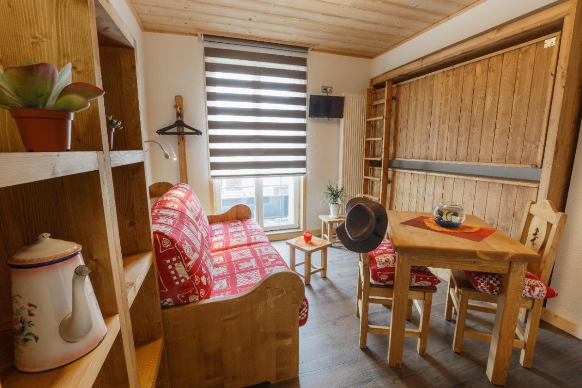 Possibilité couchage 2 personnes dans canapé OU lits rabattables pour 2 x 1 personne  - Location de vacances - Mijoux