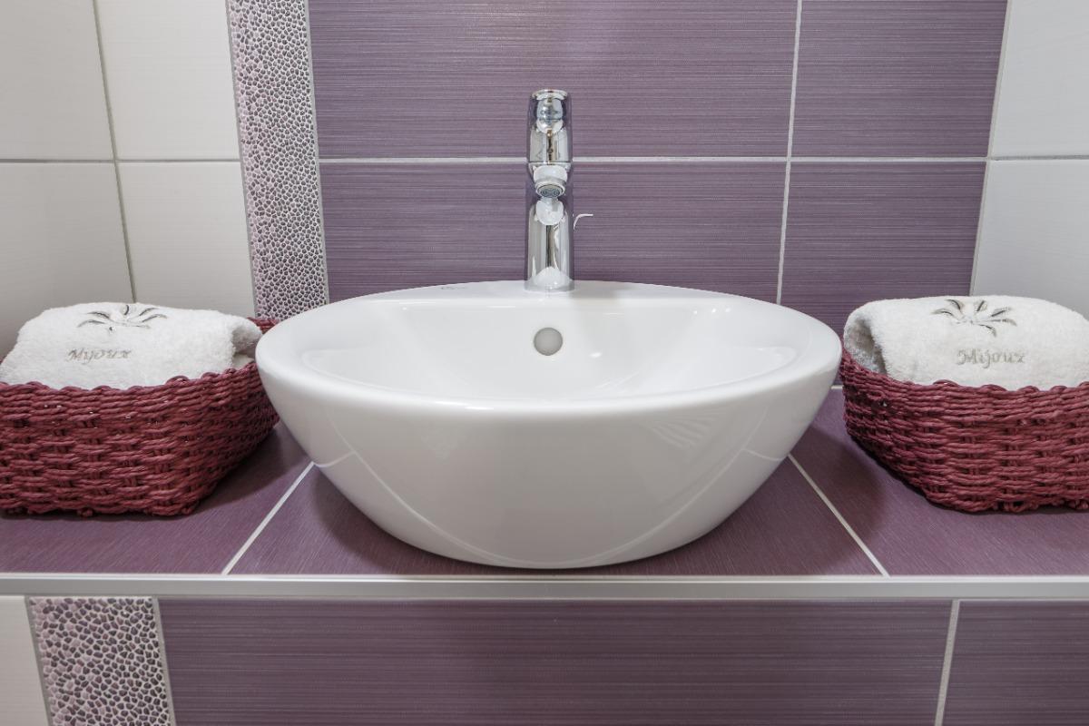 Salle d'eau à l'italienne avec lavabo - Location de vacances - Mijoux