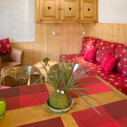 Vue sur le coin repas et salon avec couchage lit double - Location de vacances - Mijoux