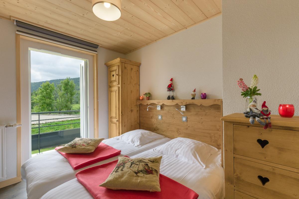 Chambre lits jumeaux et accès direct sur balcon   - Location de vacances - Mijoux