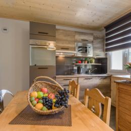 Vue sur cuisine et accès direct sur balcon - Location de vacances - Mijoux