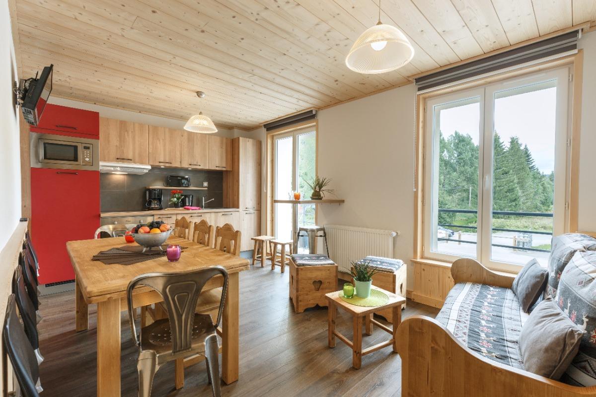 Vue sur cuisine et coin salon (pas de couchage dans le salon) - Location de vacances - Mijoux