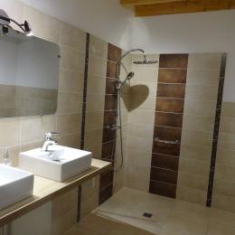 Ferme Passion Chambre Bugey - Salle d'eau accessible PMR - Chambre d'hôtes - Saint-Trivier-sur-Moignans