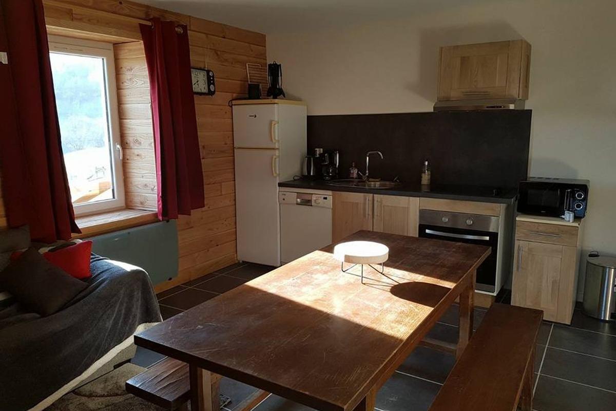 Gîte La Gentiane- La Cascade 6-8 Pers - Séjour-cuisine - Location de vacances - Chézery-Forens