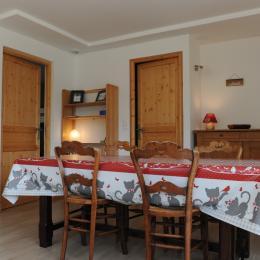 Gîte de La Pierre à Sel - La pièce principale ouvrant sur les 2 chambres et la salle de bain - Location de vacances - Lélex