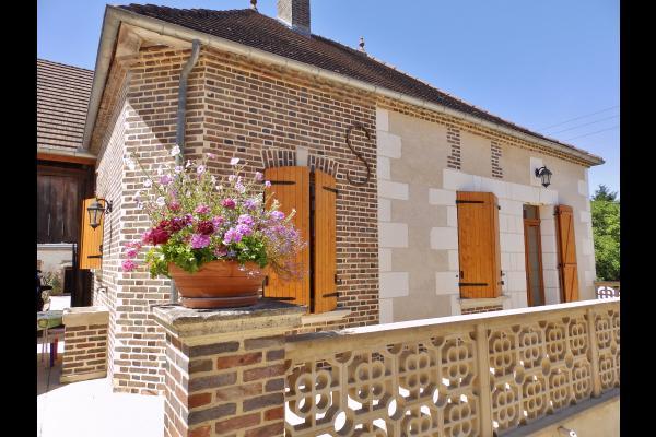 Vue sur l'extérieur et le salon de jardin