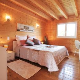 Une suite parentale avec un lit double 160 x 200 cm et TV 80 cm  - Location de vacances - Chavanges