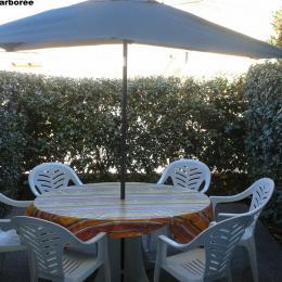 Terrasse arborée avec mobilier jardin - Location de vacances - Saint Pierre La Mer