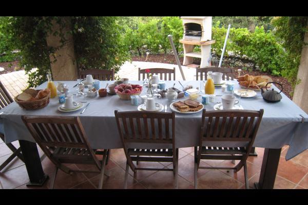 Petit déjeuner à l'extérieur - Chambre d'hôtes - Saint-Laurent-de-la-Cabrerisse