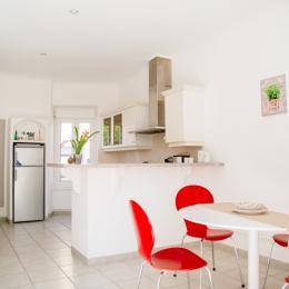 La cuisine - vue d'ensemble - Location de vacances - Lézignan-Corbières
