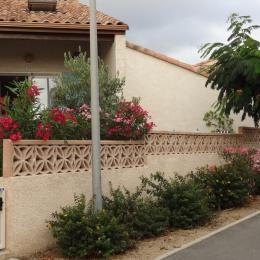 La terrasse et le jardinet fleuri  - Location de vacances - Saint Pierre La Mer
