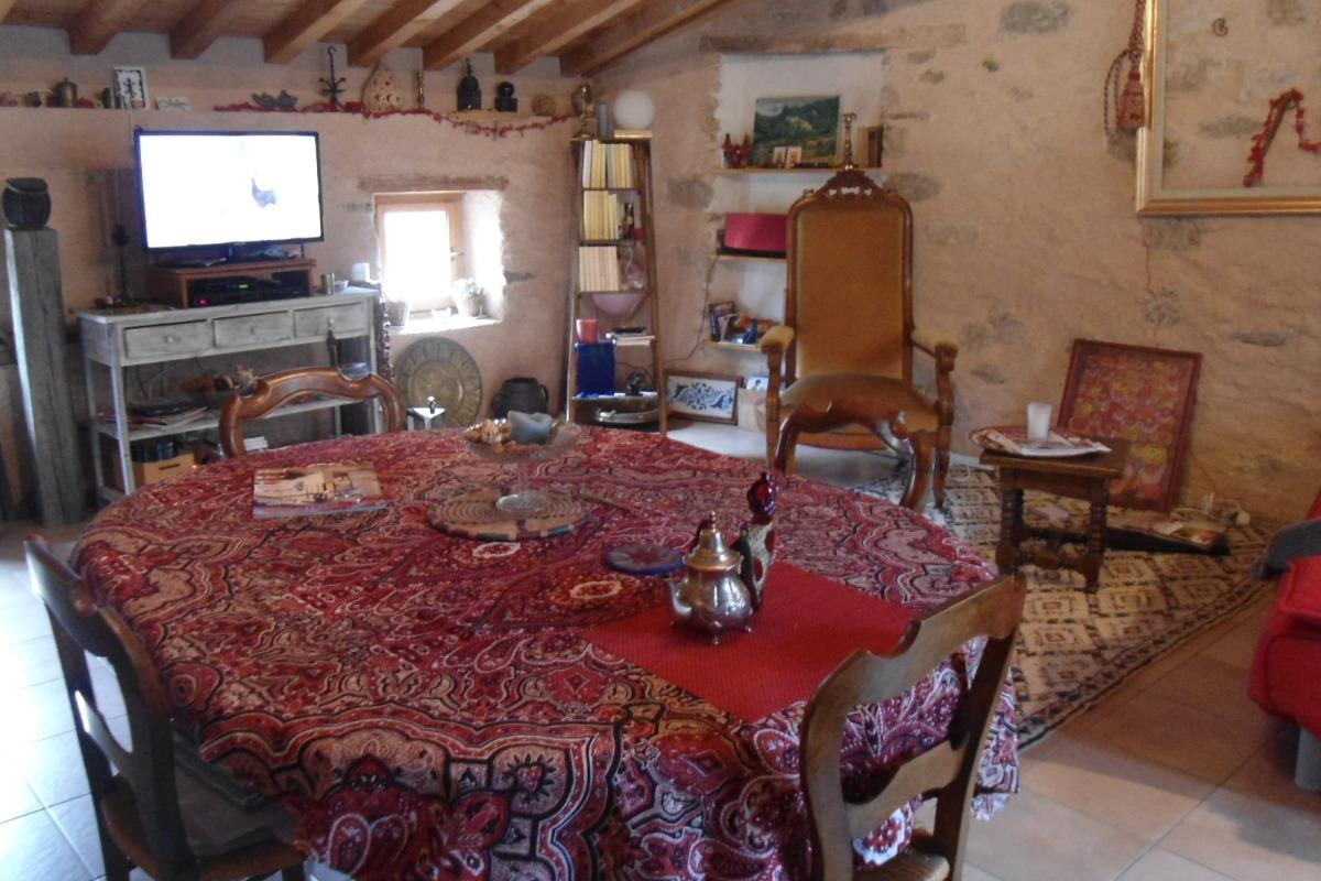 Côté salon/salle à manger avec une table à rallonge. - Location de vacances - Palairac