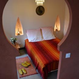 Une autre chambre d'inspiration orientale, avec un petit salon. - Location de vacances - Palairac