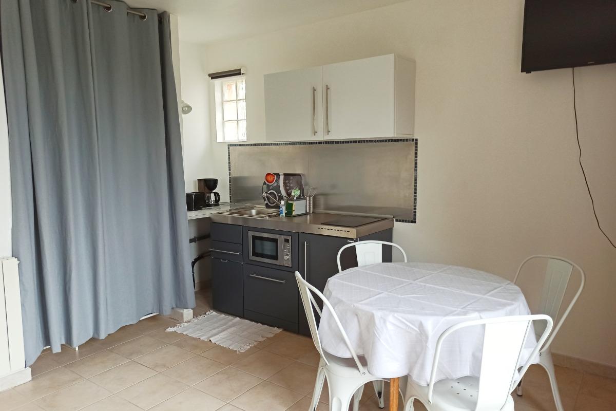 Coin cuisine (lave vaiselle, vitro, micro ondes multifonctions...) - Location de vacances - Lacombe