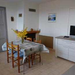 Mme PERSEC: gite Espalion (coin repas et cheminée) - Location de vacances - Espalion