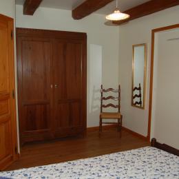 la chambre qui communique avec la salle d'eau et la salle de jeu - Location de vacances - Nant