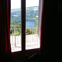 salle à manger et cuisine avec bar - Location de vacances - Castelnau-de-Mandailles