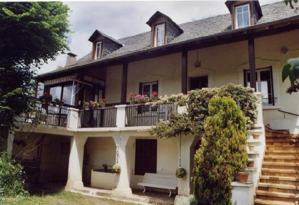 la maison vue du portail d'entrée - Location de vacances - Laissac-Sévérac l'Eglise