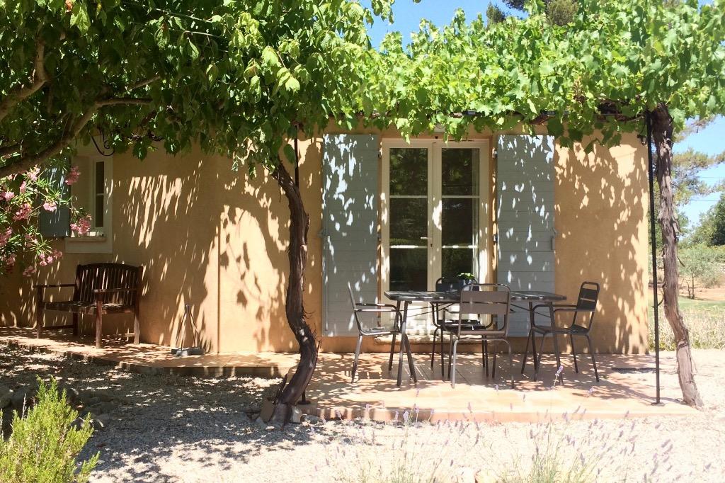 Gîte Romarin: entrée et terrasse - Location de vacances - Fuveau
