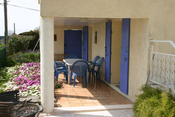 terrasse couverte avec salon de jardin - Location de vacances - Marseille