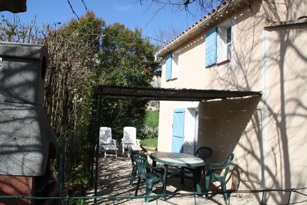Terrasse ombragée, transats et barbecue fixe - Location de vacances - Auriol