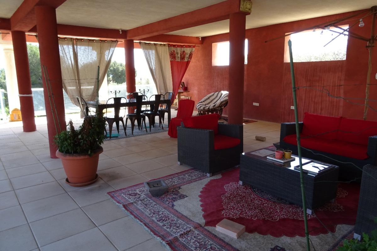 la terrasse couverte espace détente à côté de la piscine - Location de vacances - Martigues
