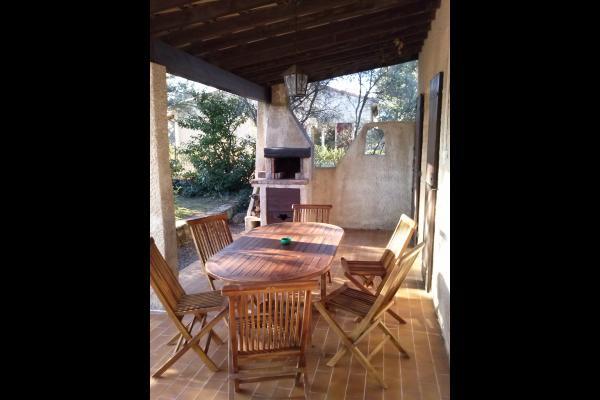 Salon extérieur,Barbecue - Location de vacances - Istres