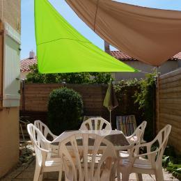 le jardin avec la table à l'ombre pour déjeuner - Location de vacances - Sausset-les-Pins