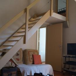 Le salon avec l'accès à la chambre du premier  - Location de vacances - Sausset-les-Pins