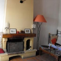 le salon avec la cheminée - Location de vacances - Sausset-les-Pins