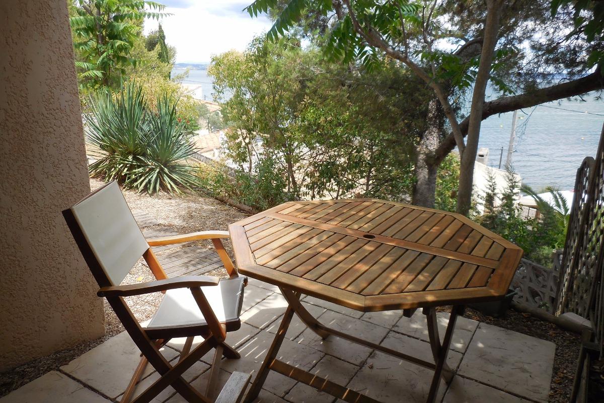 Salon de jardin donnant sur lagune. - Location de vacances - Saint-Mitre-les-Remparts