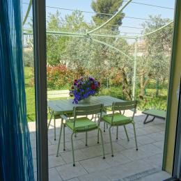 Vue de la chambre sur la terrasse et jardin - Location de vacances - Eygalières
