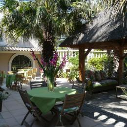 Le patio Andalou, l'un de nos espaces  petit déjeuner  dans le jardin - Chambre d'hôtes - Ensuès-la-Redonne