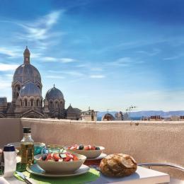 Vue de la terrasse vers La Major et la mer  - Location de vacances - Marseille