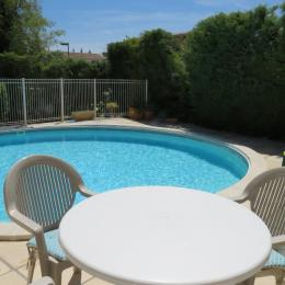 Terrasse et piscine  - Location de vacances - Mouriès