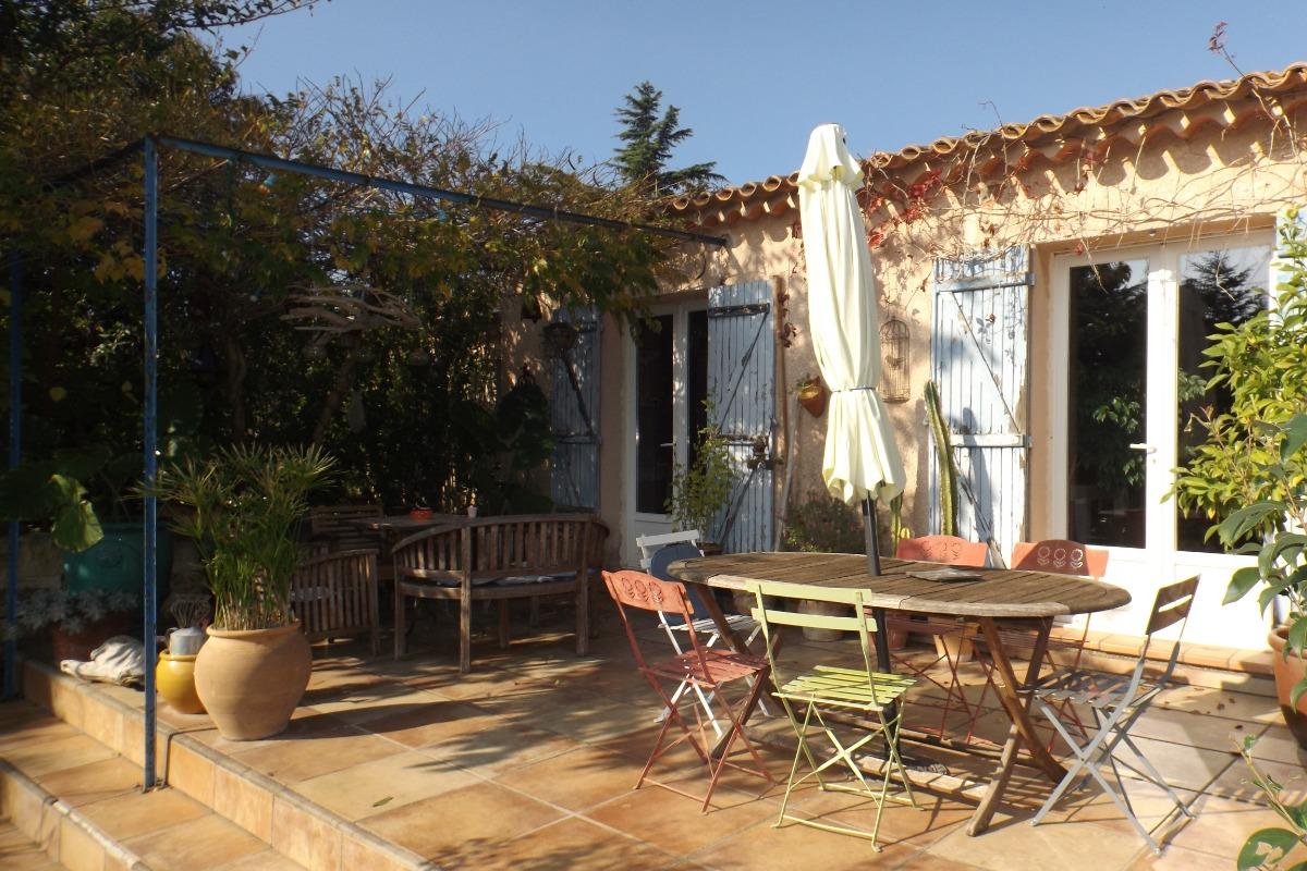 Terrasse principale avec pergola végétale - Location de vacances - Arles