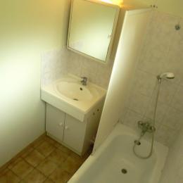 Salle de bain avec baignoire - Location de vacances - Louvigny