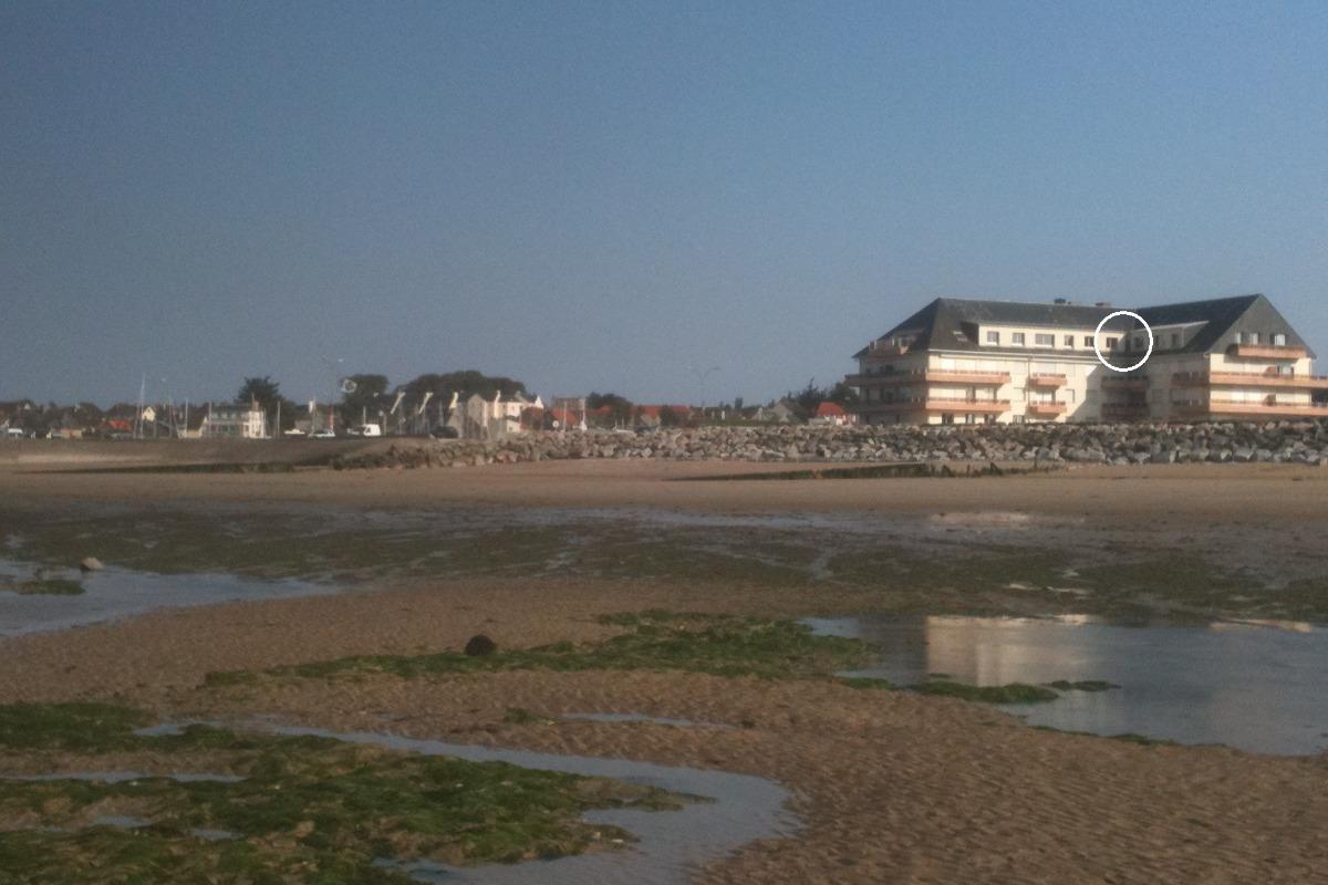 côté plage à marée basse, dans le cercle les fenêtres de l'appartement - Location de vacances - Grandcamp-Maisy