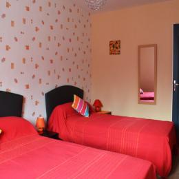 chambre n° 1 = 3 places ( 1 x140 + 1 x 90 ) - Location de vacances - Cintheaux