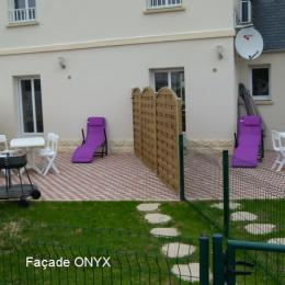 A gauche façade ONYX - Location de vacances - Saint-Côme-de-Fresné