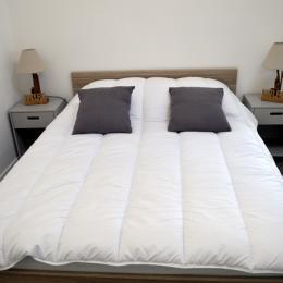 Chambre lit 140 et sa salle d'eau - Location de vacances - Cabourg