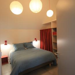 Chambre du RdC, grand lit et en face sur le mur télévision, la deuxième puisqu'il y a la même dans le salon. - Location de vacances - Langrune-sur-Mer