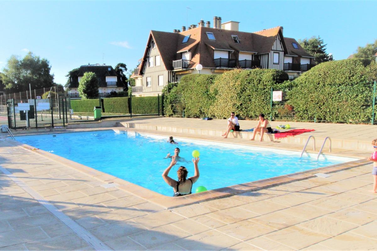 Une agréable piscine l'été clôturée et sécurisée pour les enfants. - Location de vacances - Deauville