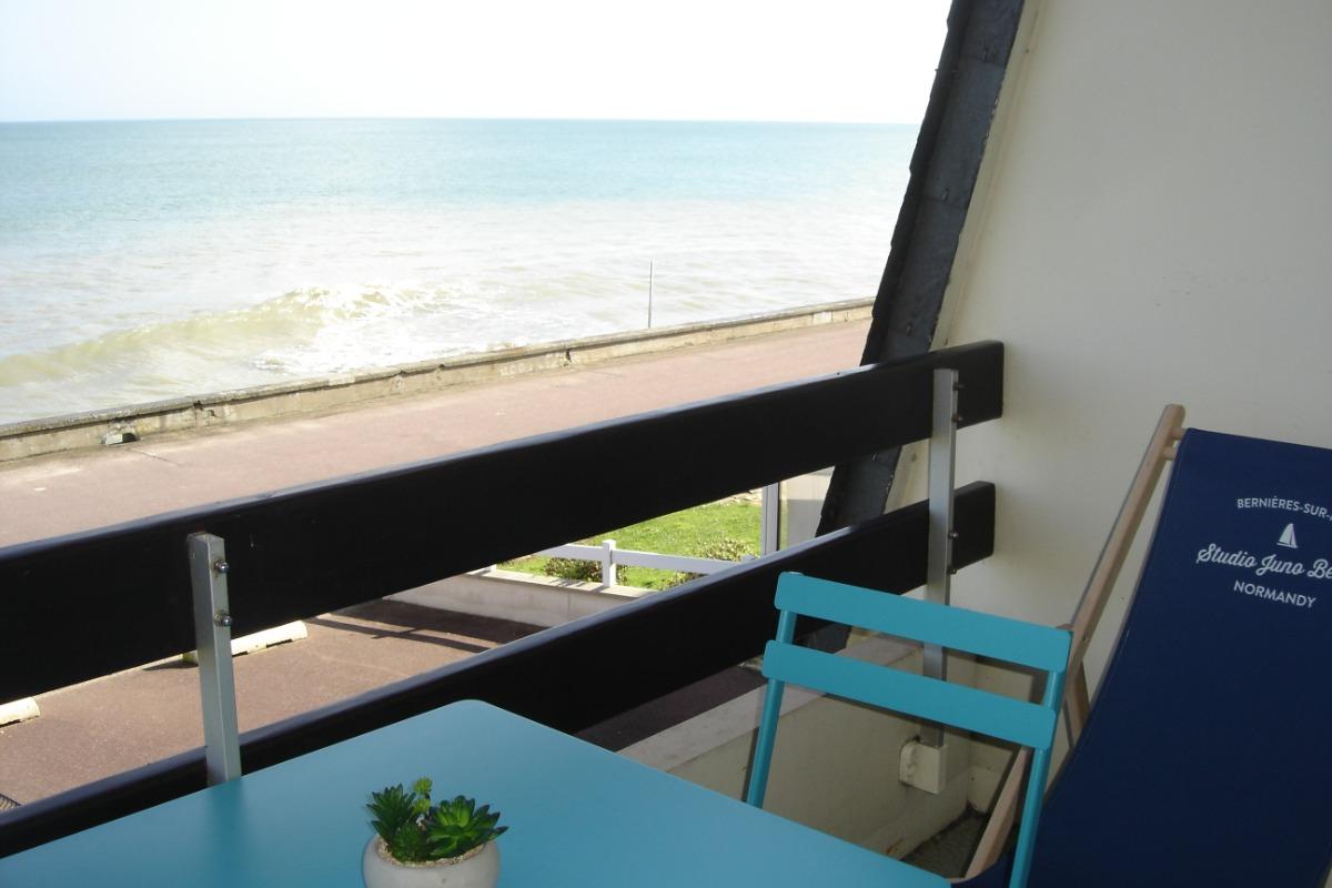 Balcon avec table chaises chaises longues à emmener sur la plage barbecue - Location de vacances - Bernières-sur-Mer